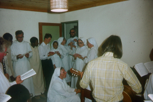 Pater Florian im Kreis seiner Ordensschwestern und -brüder