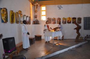 Pater Florian feiert die Messe in der Kirche von Illeret